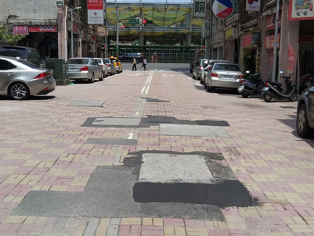 基隆市信三路地磚路面殘破,局部以瀝青填補,招致「狗皮膏藥」譏評。記者邱瑞杰/攝影