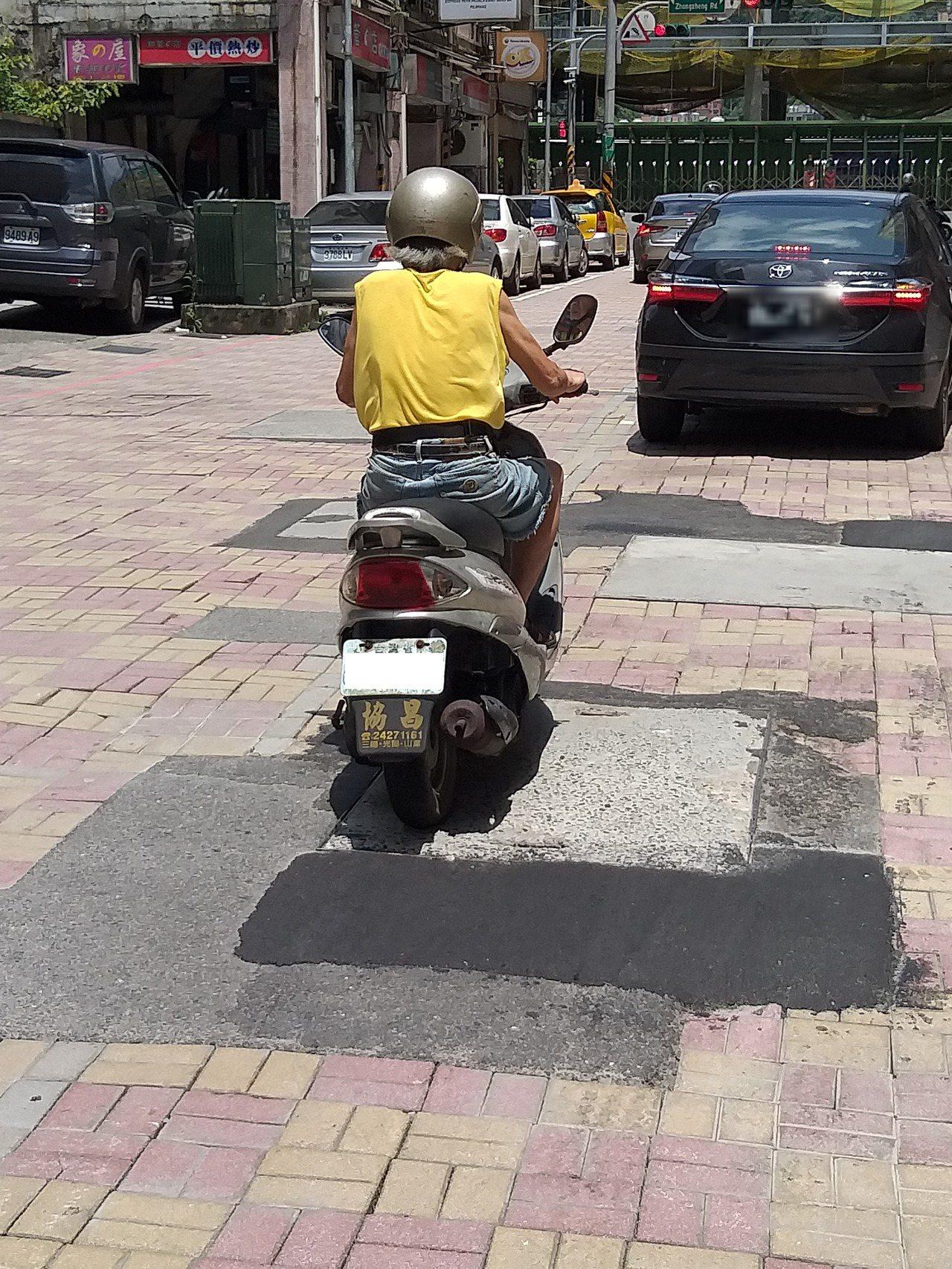 基隆市信三路地磚路面殘破,讓騎士提心吊膽。記者邱瑞杰/攝影