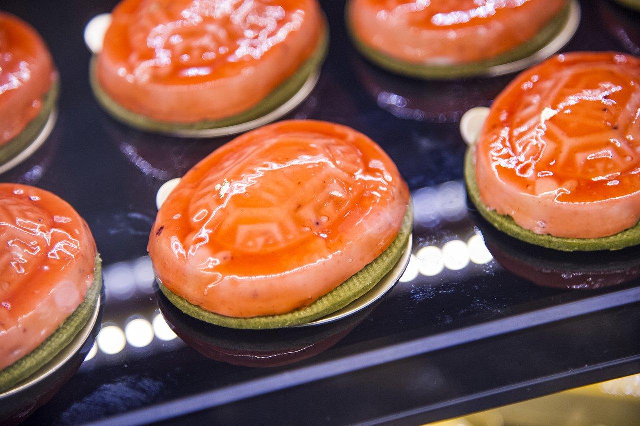 眼看是「太和餅舖」的紅龜粿,咬下卻是「菓實日」的慕斯蛋糕。圖/北市文化局提供