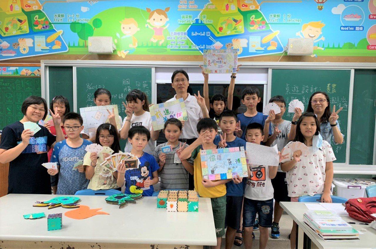 台南市官田國小舉辦「夏日樂學計畫」,學生要將學習內容,挑戰自己設計桌遊的遊戲,「...