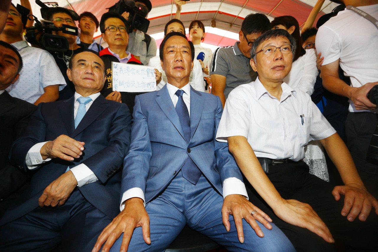 鴻海創辦人郭台銘、台北市長柯文哲、立法院前院長王金平昨天同台合體。記者杜建重/攝...