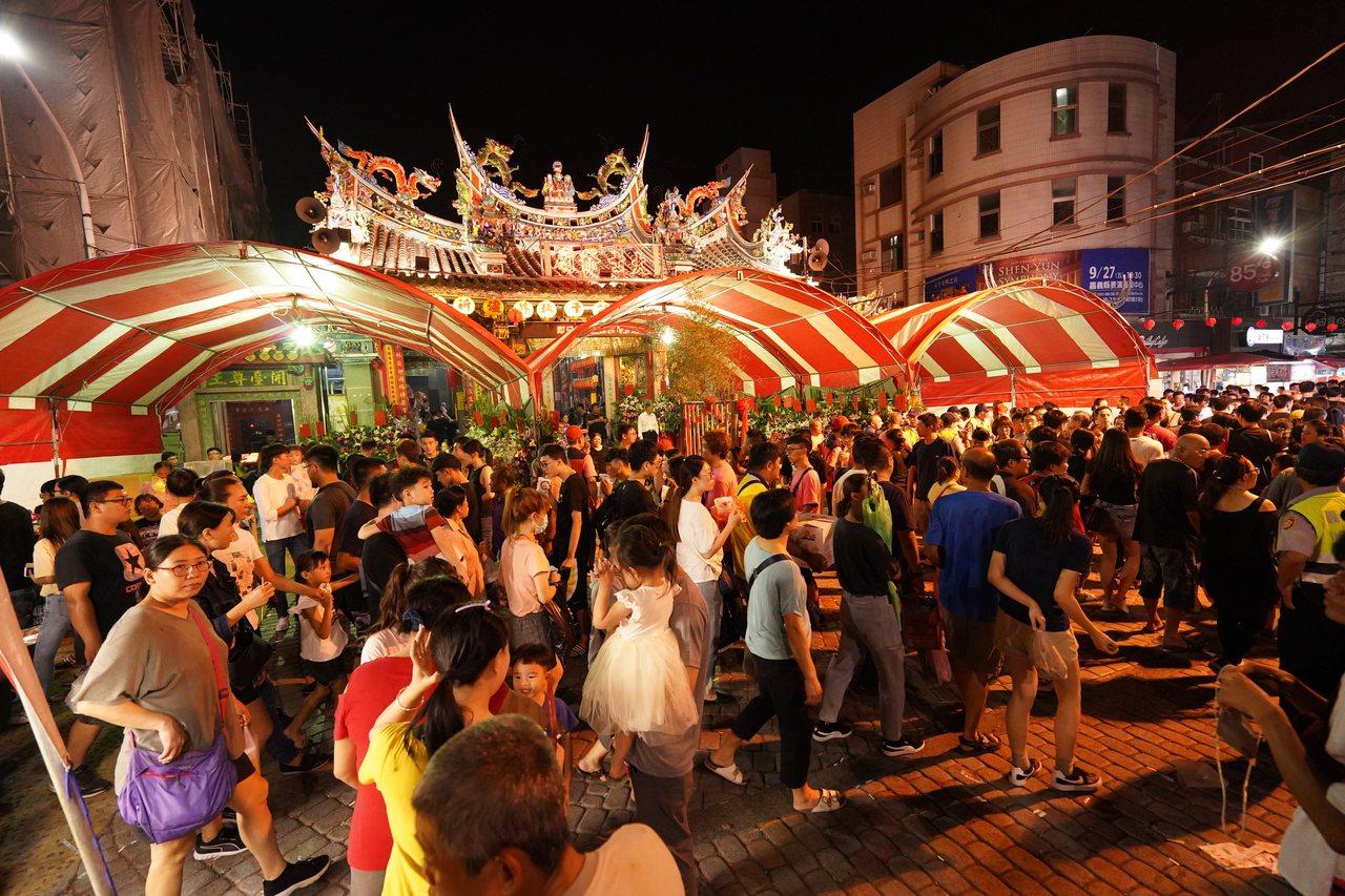 上萬信眾參加昨晚大士爺文化祭活動。記者卜敏正/攝影