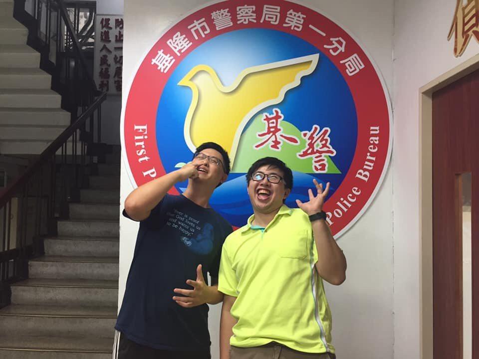台北粉絲看完影片後,特地來分局要求與吳巡官見面及要求合照留念,興奮的向朋友炫耀,...