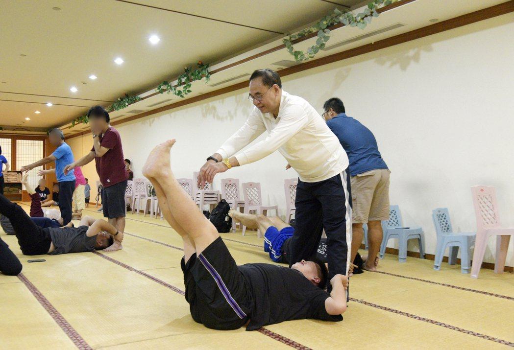 蕭男搭配「有氧塑身運動」及「飲食控制」,體重降至114公斤。圖/大林慈濟醫院提供