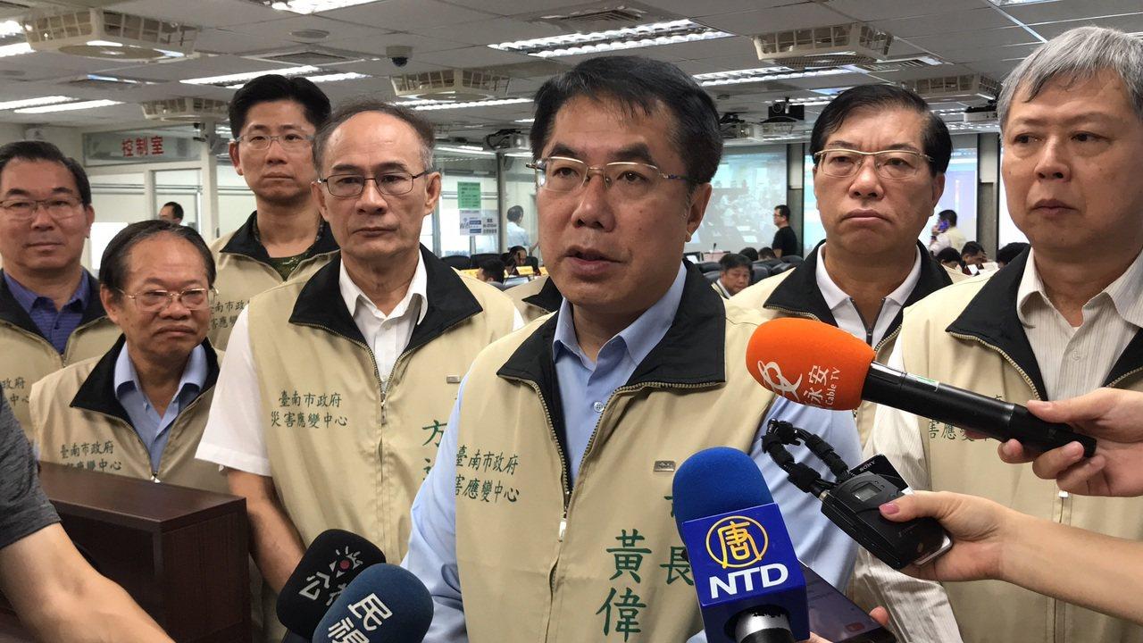台南市長黃偉哲(右三)今早坐鎮台南市災害應變中心。記者鄭維真/攝影