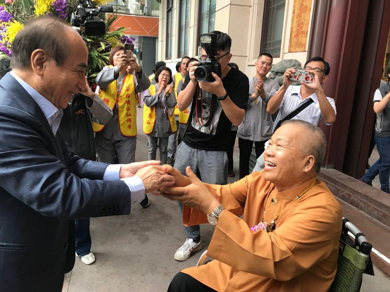 立法院前院長王金平(左)今到台中,參加仙佛寺台中道場活動,與混元禪師會面。針對郭...