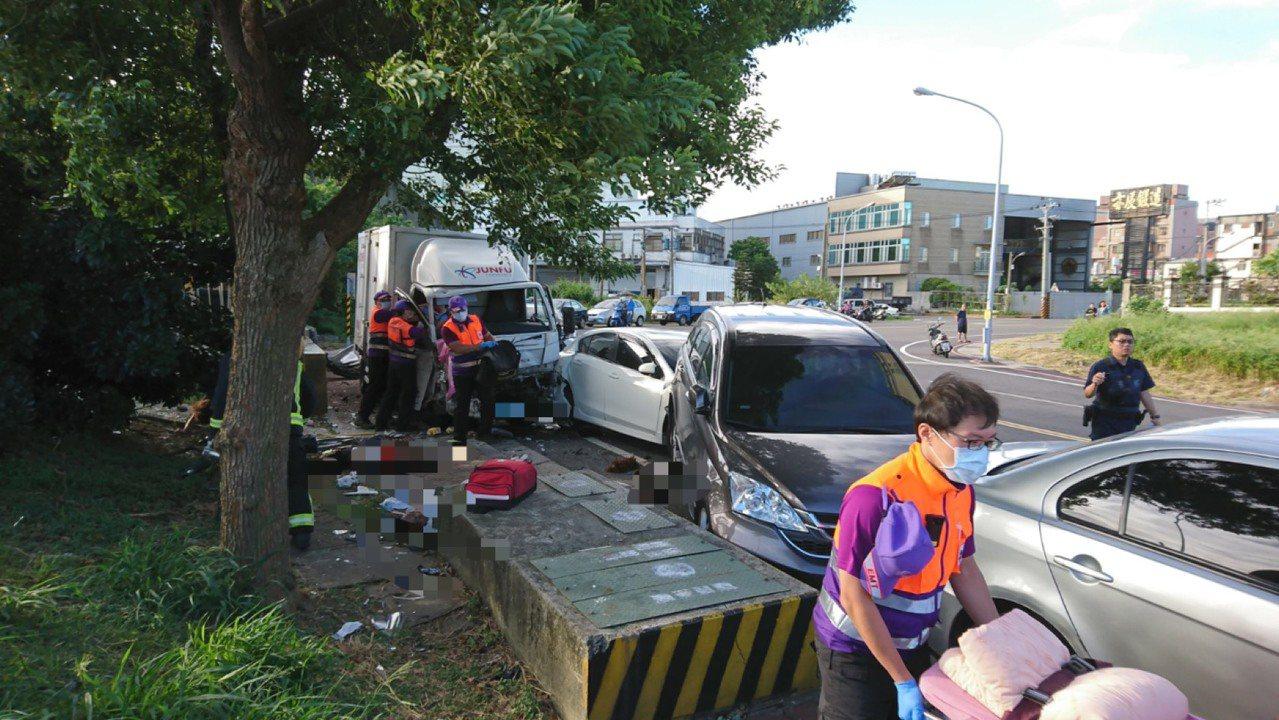 朱男酒駕開貨車失控撞擊路邊,再波及正在清掃的環保志工,造成3人失去生命跡象。圖/...