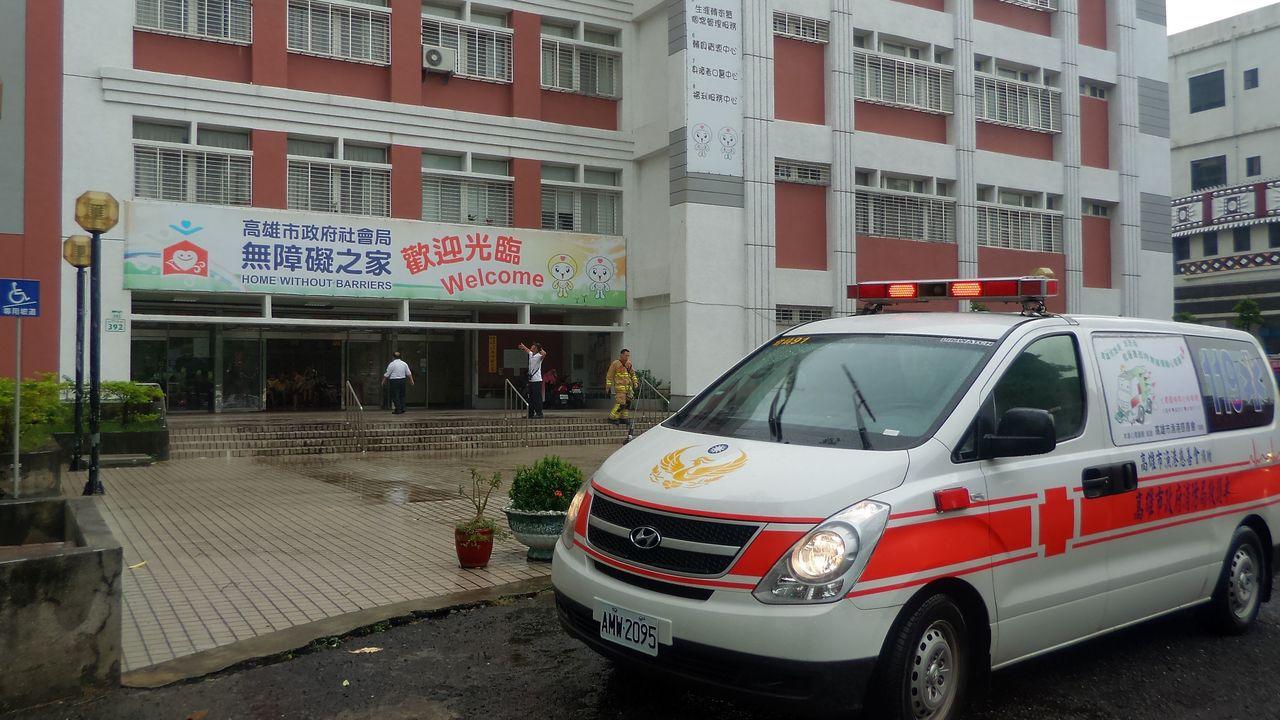 高雄市社會局無障礙之家今天上午驚傳火警,救護車趕到門口戒備。記者林保光/攝影
