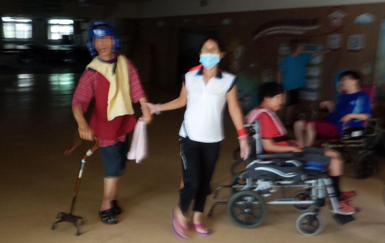無障礙之家警報響起後,工作人員緊急疏散行動不便的服務對象。記者林保光/攝影