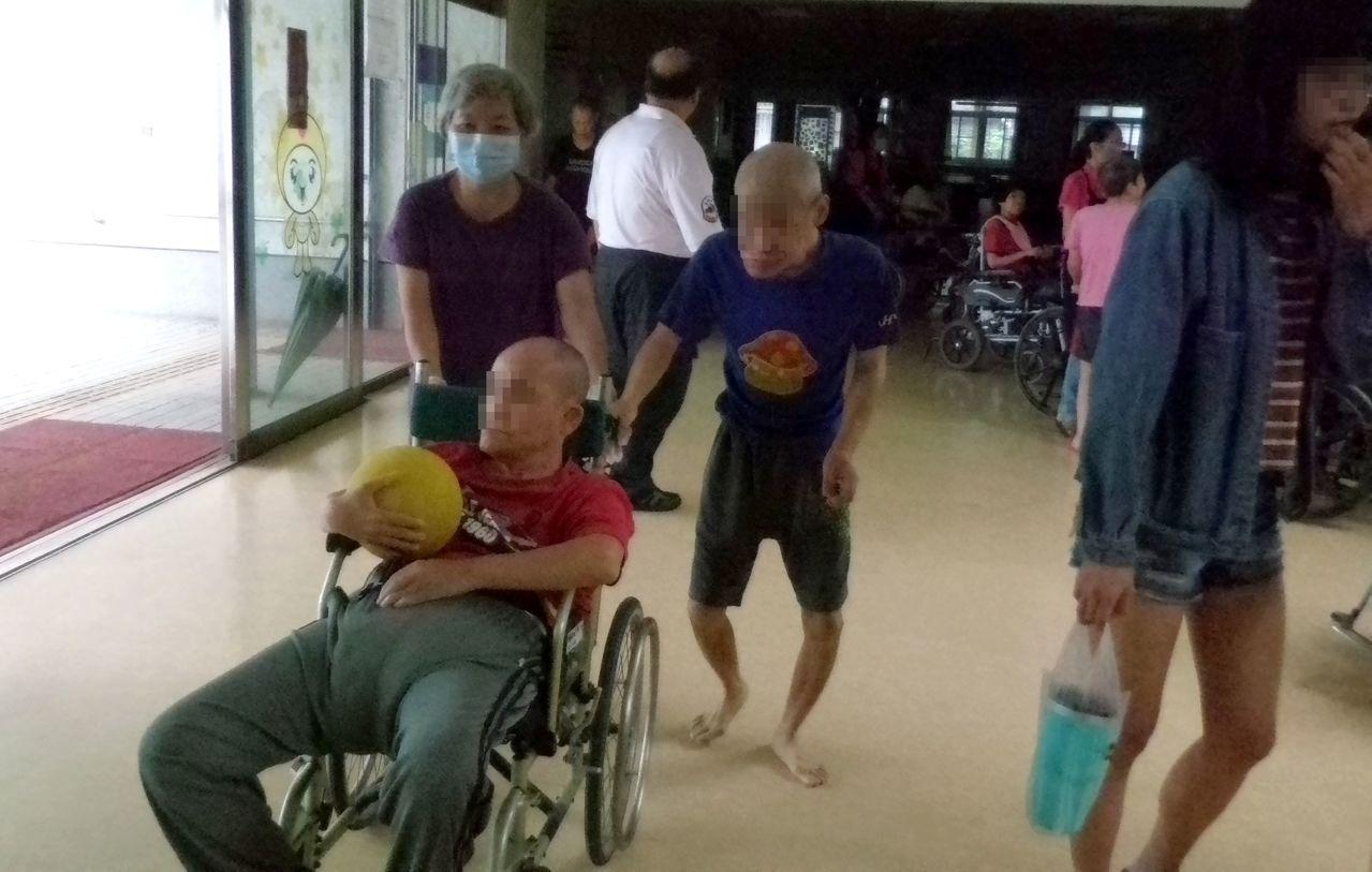 無障礙之家警報響起後,工作人員緊急推輪椅將服務對象帶下樓。記者林保光/攝影