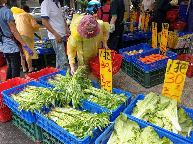 空心菜平時一把15元,今天已漲到一把30元,許多家庭主婦還是搶著買。記者 謝梅芬/攝影