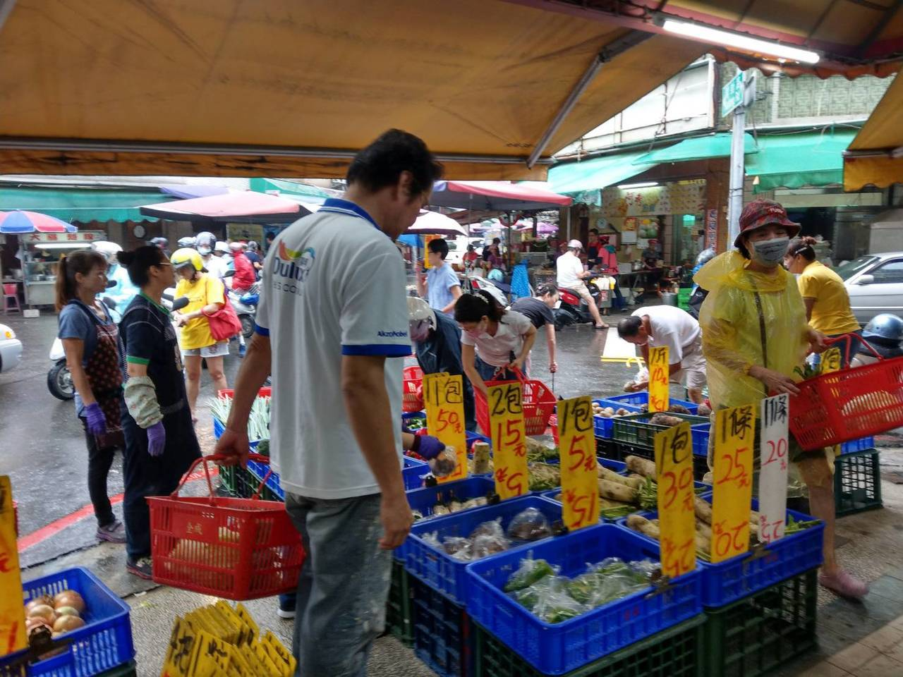 今天傳統市場擠滿買菜人潮。記者謝梅芬/攝影