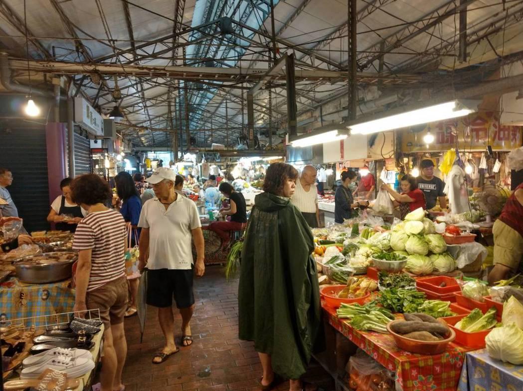不少人喜歡上傳統市場買菜。記者謝梅芬/攝影