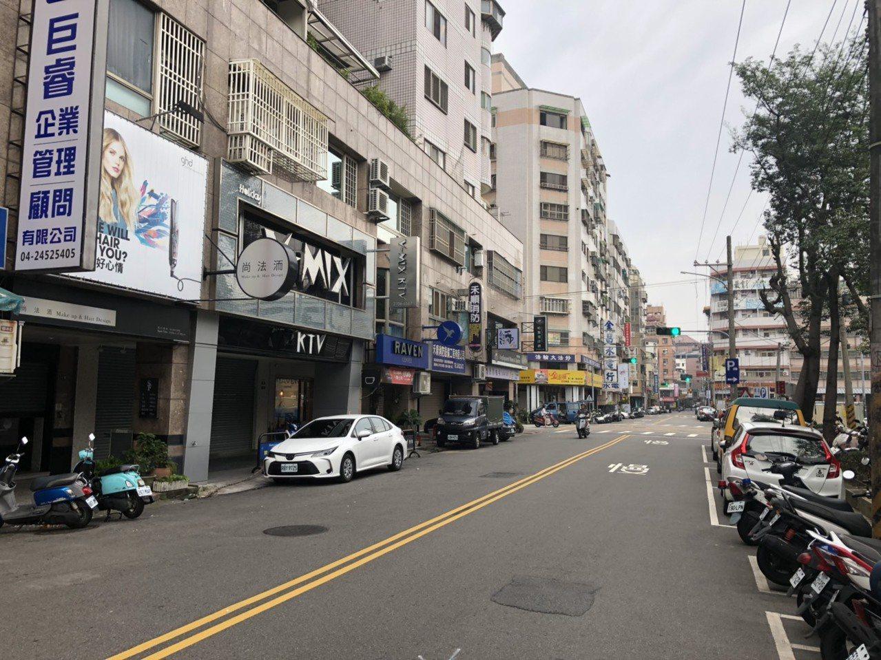 台中市西屯區一家KTV今晨發生男女朋友感情糾紛,警方將1女、4男通通帶回所內釐清...