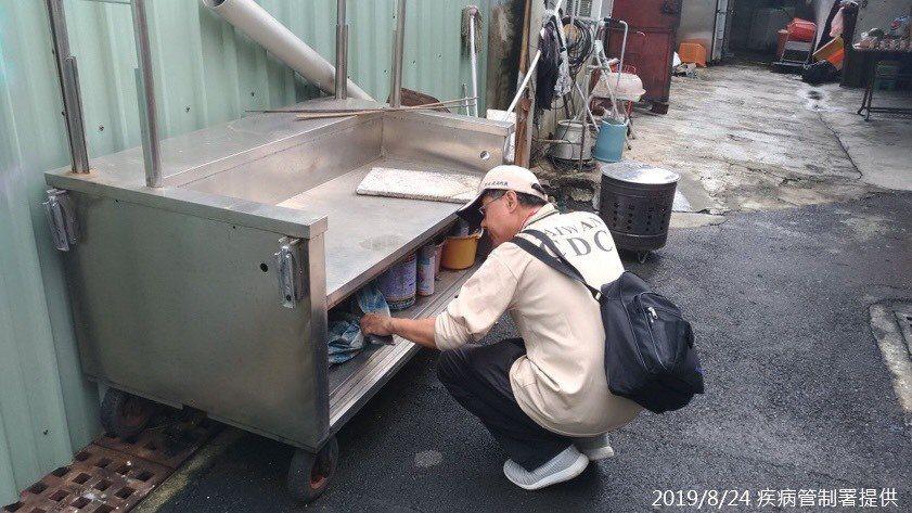 疾管署防疫人員,於台南市東區大同里查核病媒孳生源。圖/疾管署提供