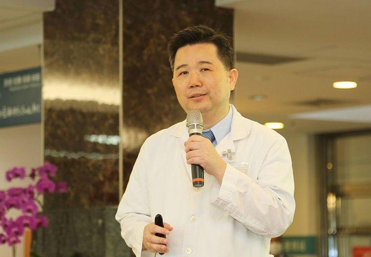 醫師張基晟說明,肺腺癌症狀不明顯,很多患者發現已是晚期。圖/台中榮總提供