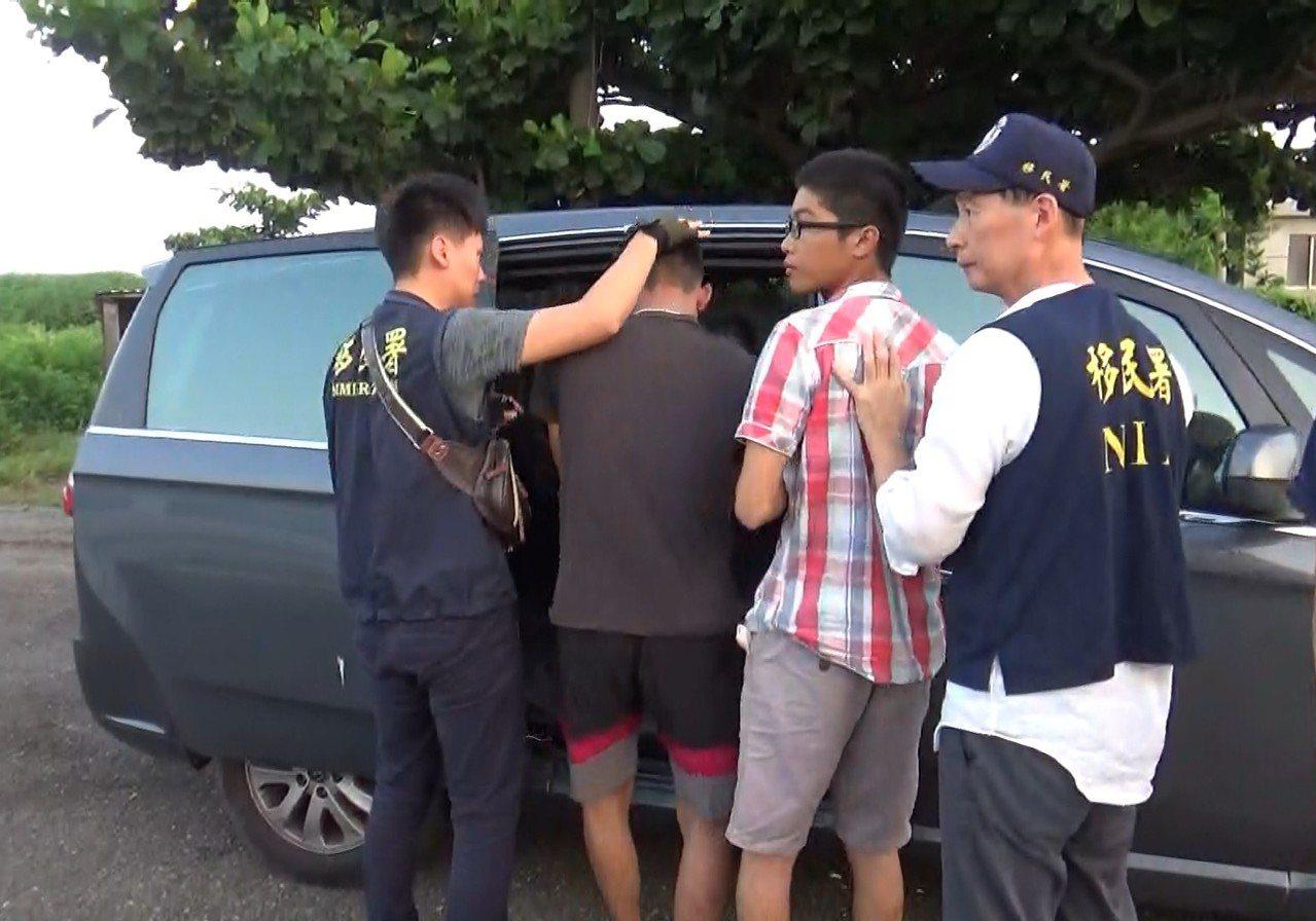 8名逃逸移工晚間高調開趴太吵,遭檢舉移民署逮捕。圖/台南市專勤隊提供