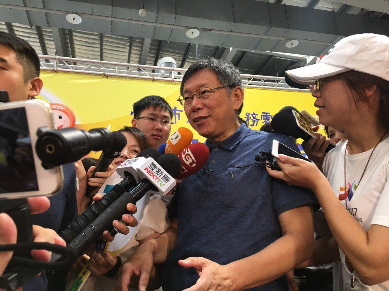 台北市長柯文哲上午出席就業博覽會,會後接受媒體聯訪。記者魏莨伊/攝影