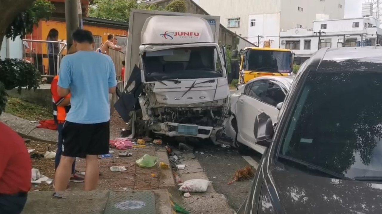 邱男酒駕開貨車,失控高速撞擊路邊車輛,再波及正在打掃的環保志工,釀3死3傷意外。...