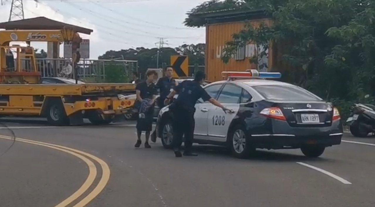 邱男酒駕釀3死3傷,被警方逮捕時還搖搖晃晃。記者曾健祐/翻攝