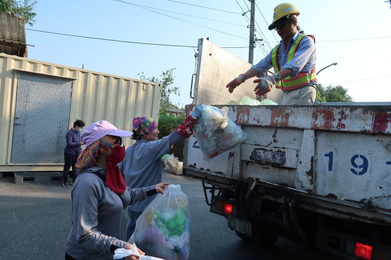 高雄市環保局宣布24日下午及夜間停止垃圾收運,延至明天25日星期天按原收運時間及...