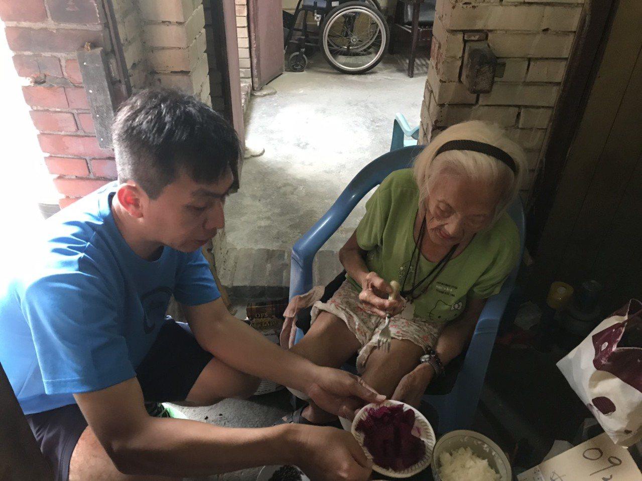 趕在颱風來襲前,海巡署中部分署海巡人員昨至台中市清水區探訪89歲陳姓獨居阿嬤。圖...