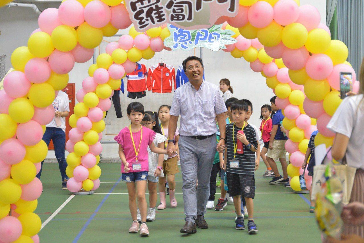 宜蘭縣羅東國小有120年歷史,今天舉辦「108學年小一新生入學式」,新生步入蔥門...