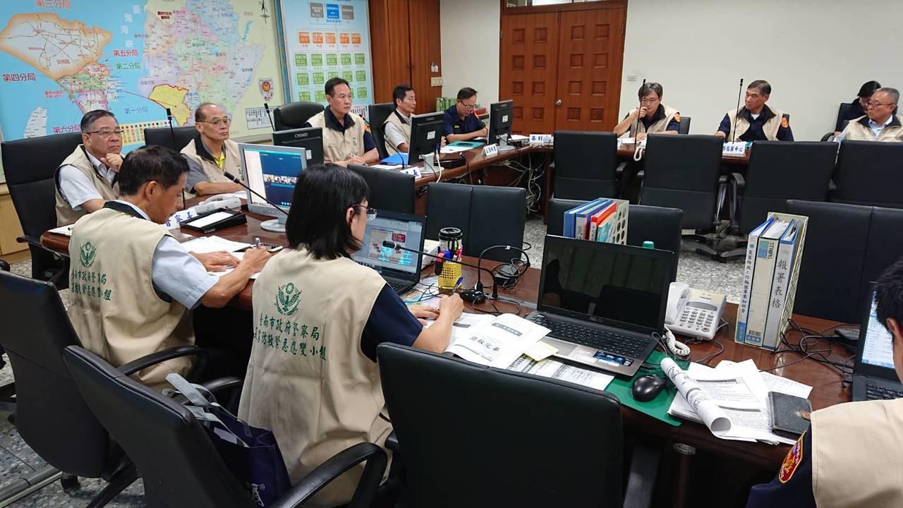 台南市警局召開與各分局防災視訊會議,提醒即時掌握「白鹿颱風」災情應變。記者吳淑玲...
