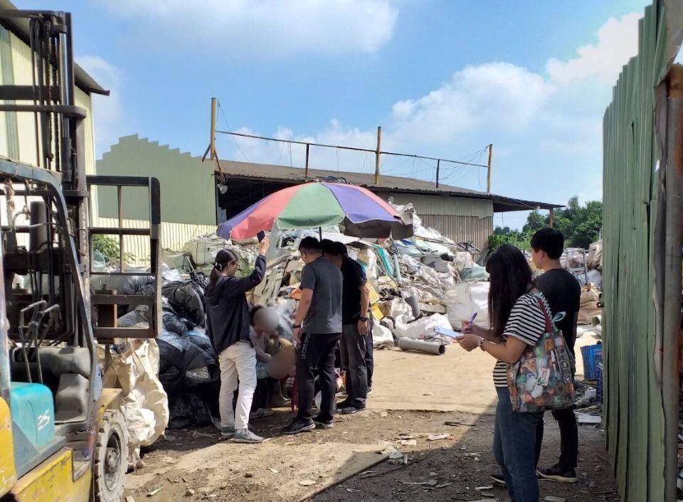 移民署人員在高雄市仁武某資源回收場,查獲越南籍非法移工。記者林保光/翻攝