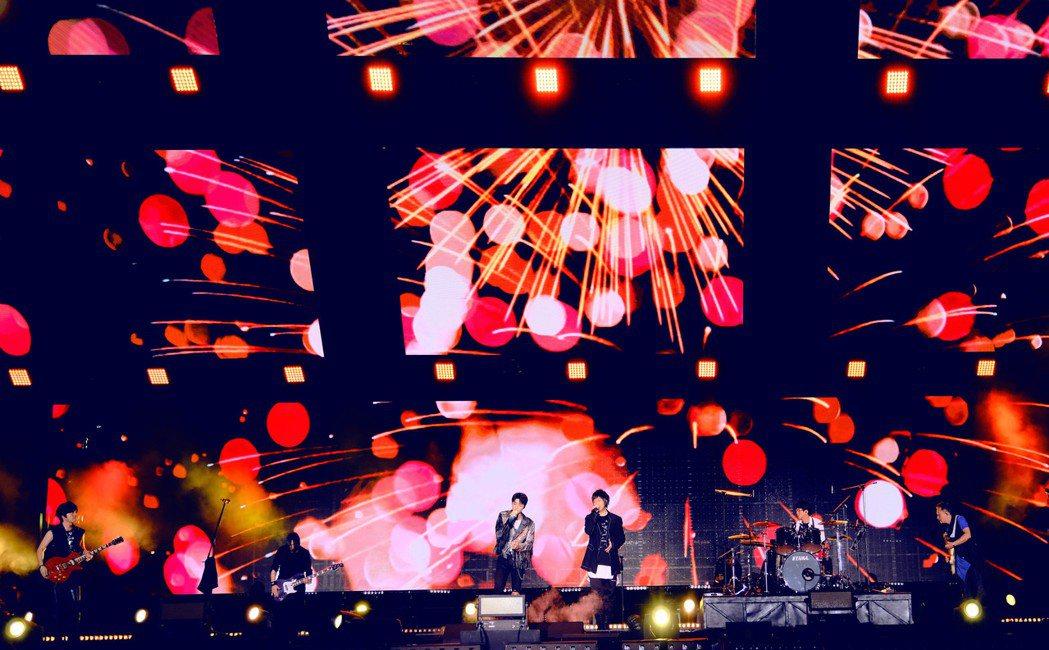 五月天昨晚6度登上北京鳥巢開唱,請來王俊凱擔任嘉賓。圖/相信音樂提供
