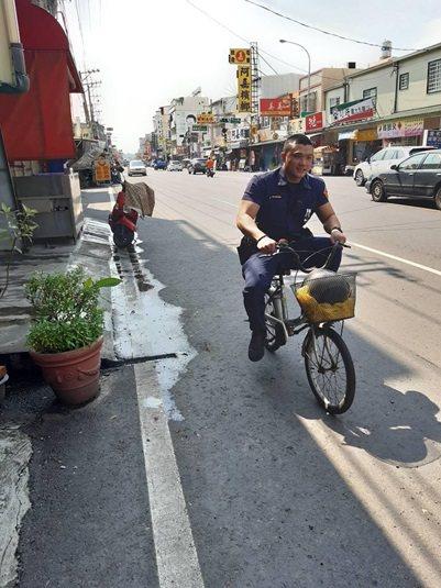 林園警分局警員簡志帆當「代駕」將腳踏車騎回老翁家。記者林保光/翻攝