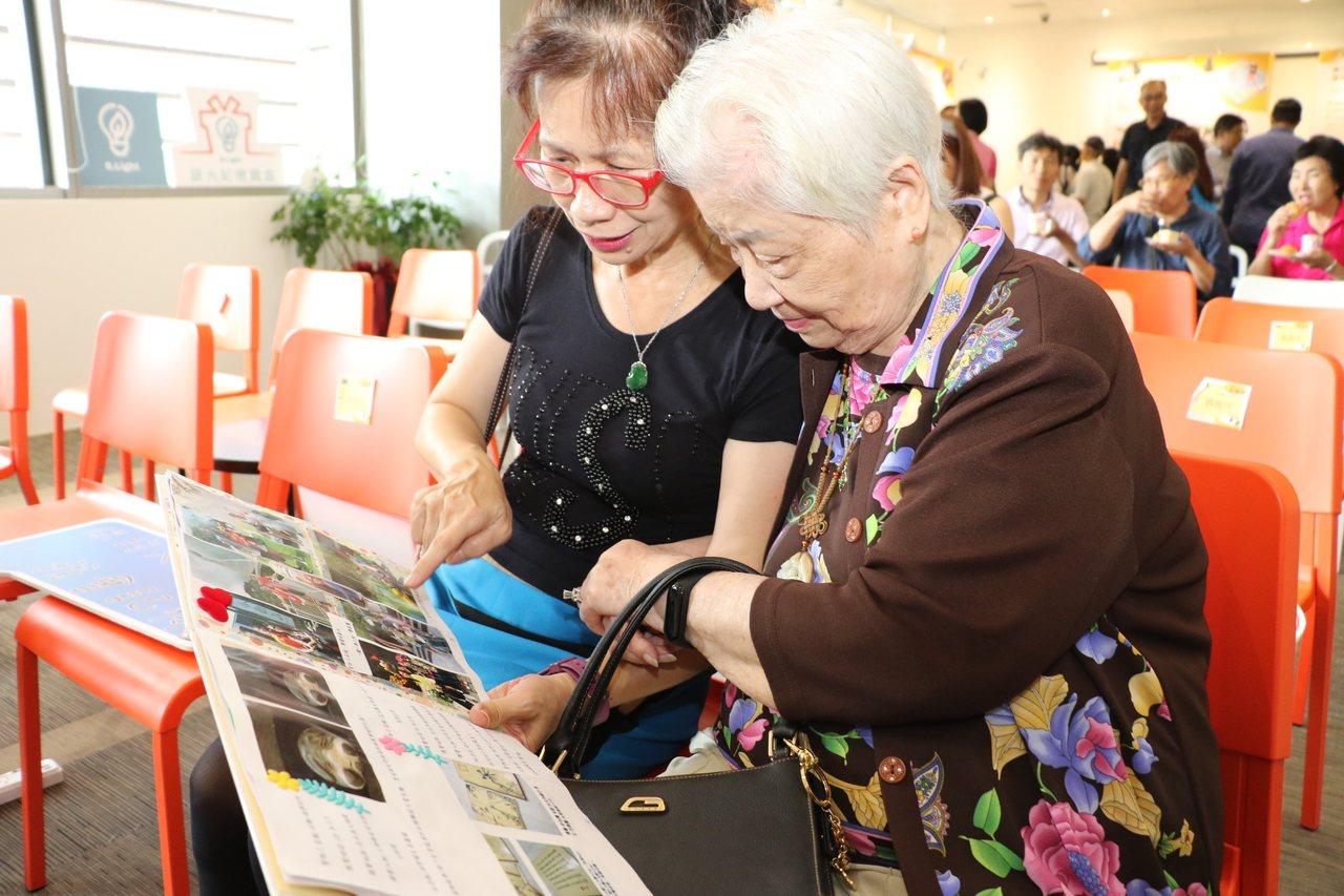 佈老志工葉翠媚(左)為95歲的黃顧月娥(右)留下生命繪本的美好記憶。記者施鴻基/...