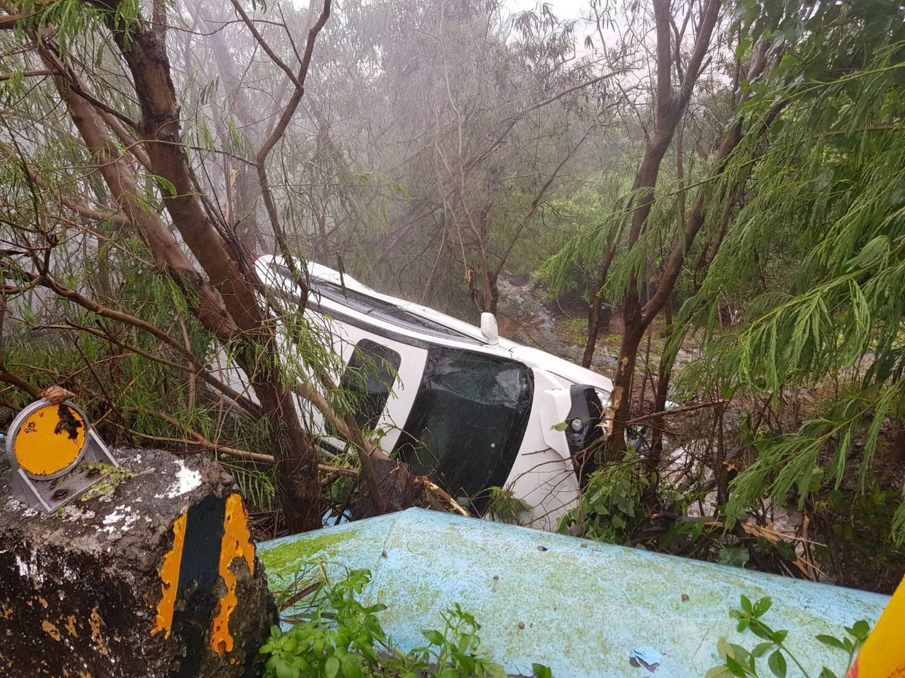 今天上午9時,1輛轎車行經台26線4.2公里處南下邊坡時,因天雨路滑,不慎失控衝...