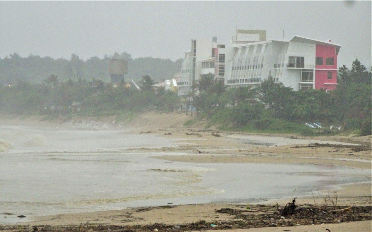 白鹿颱風今天下午1時從屏東縣滿州鄉登陸後,暴風圈籠罩台灣南部陸地,恆春半島被狂風...