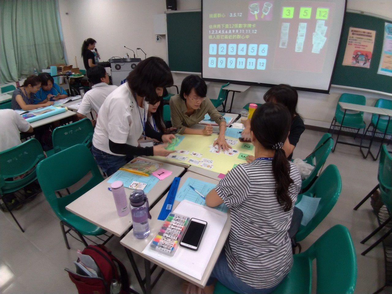 國中老師研習不插電的人工智慧課如何上。圖/李建樹提供