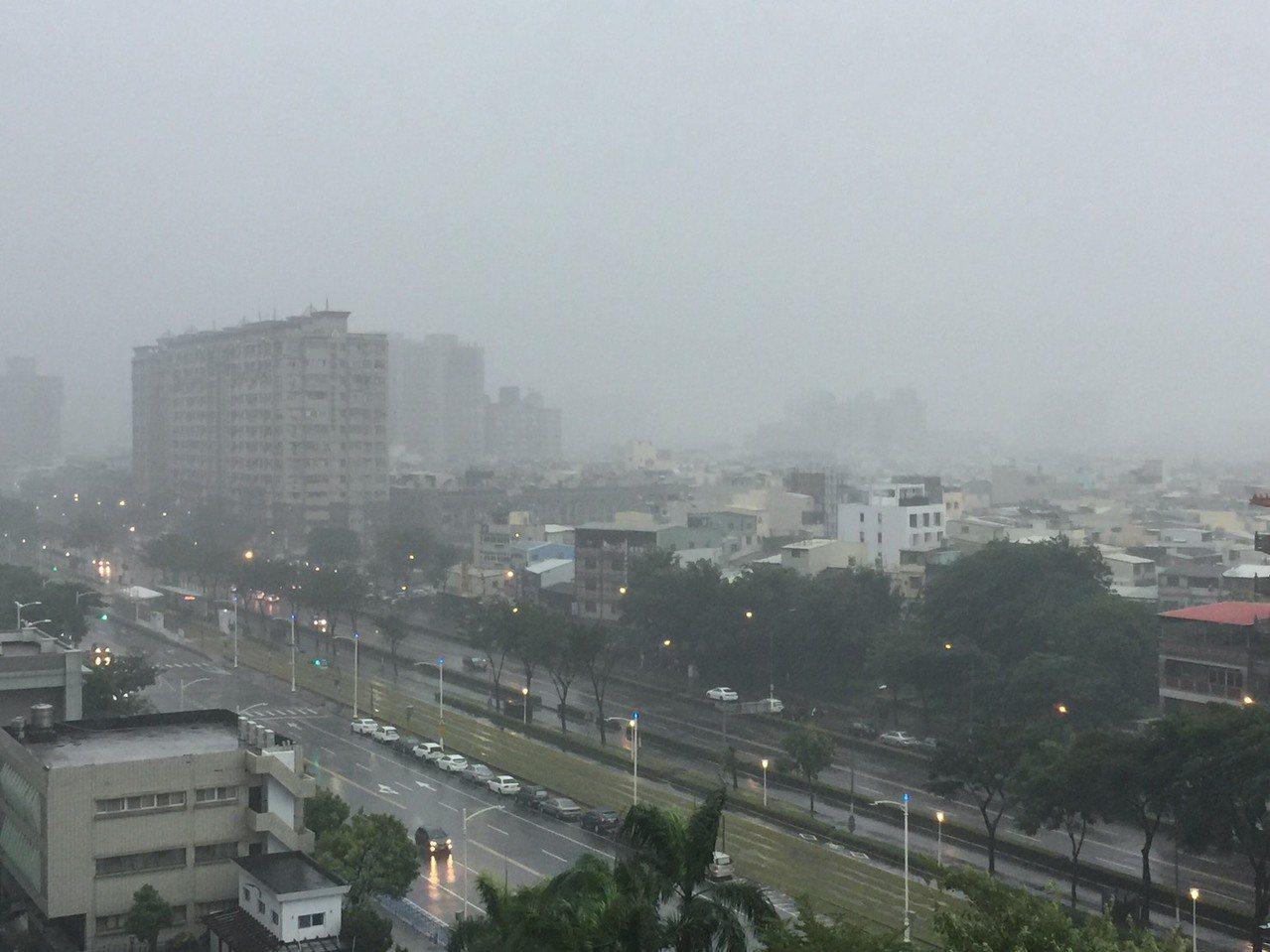 下午3時30分過後,高雄市區風雨加大。記者楊濡嘉/攝影