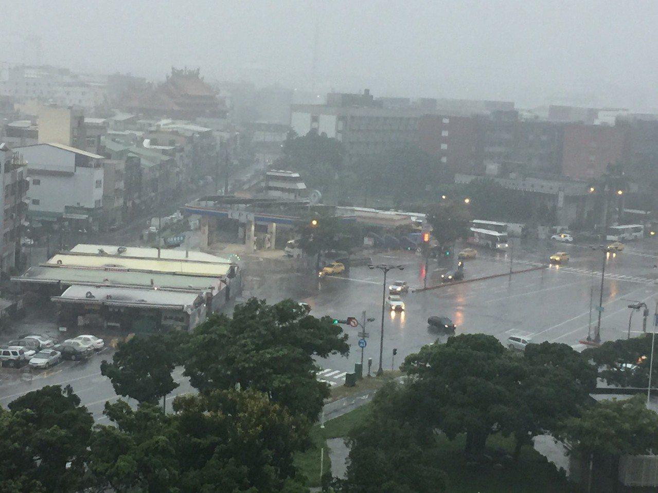 下午3時30分過後,高雄市區風雨加大,天色灰暗。記者楊濡嘉/攝影