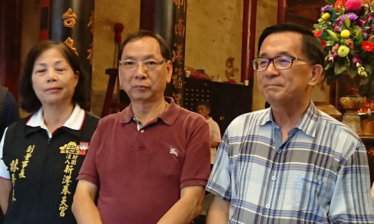 新港鄉企業家吳石永(左二)今天邀請陳水扁到新港辦簽書會。記者卜敏正/攝影