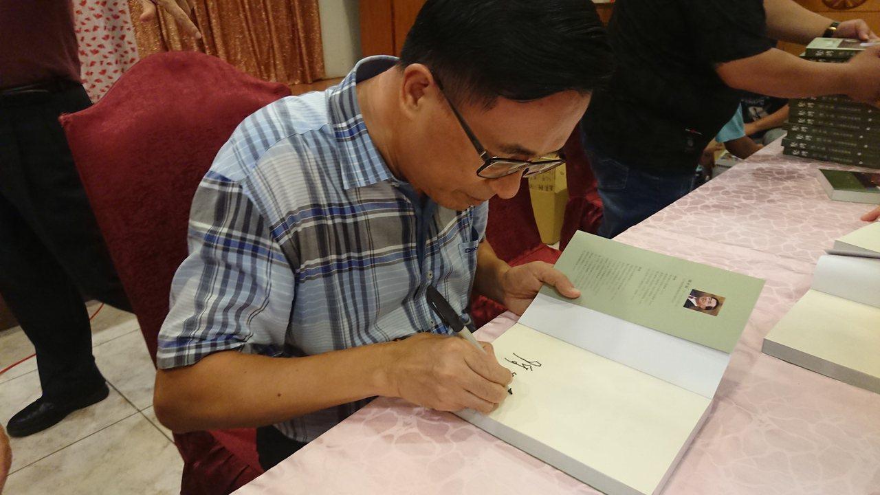 陳水扁今天到新港鄉辦簽書會。記者卜敏正/攝影
