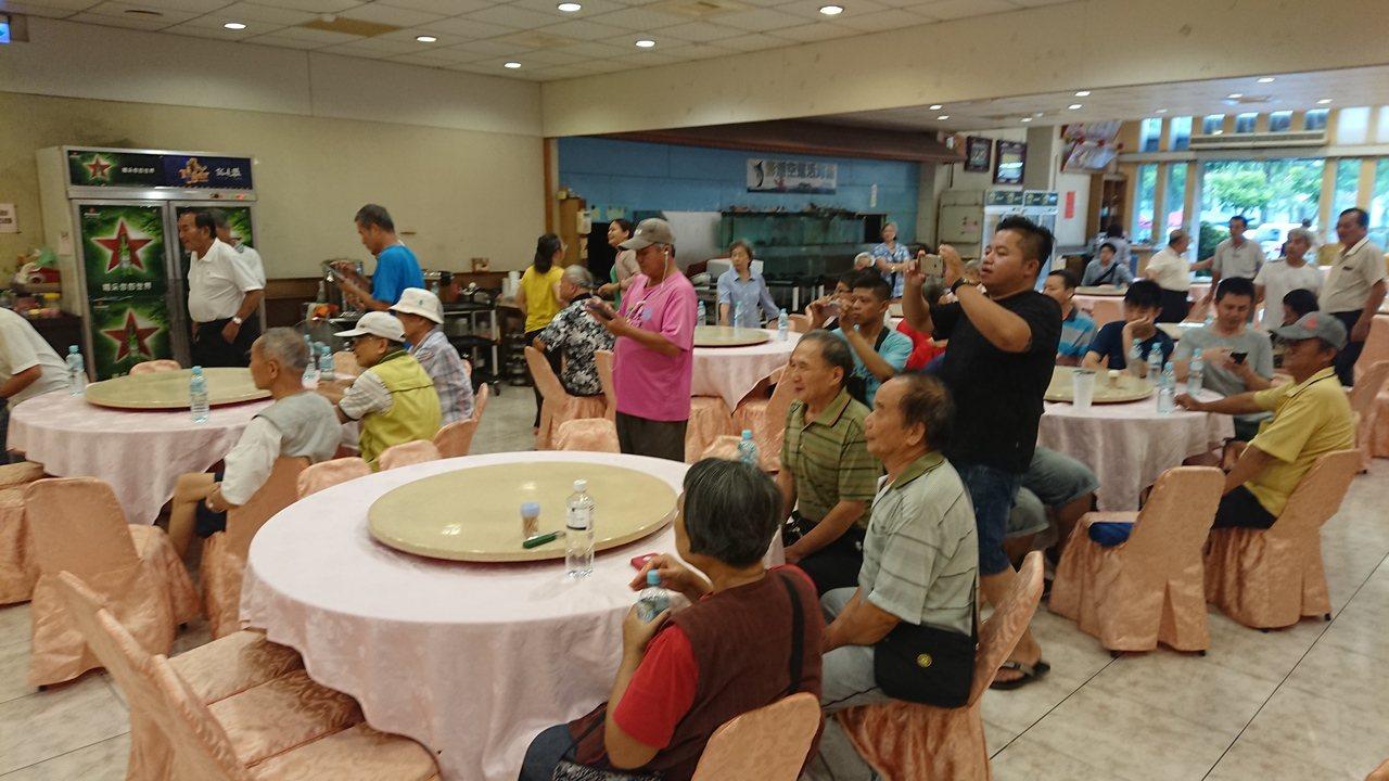 新港鄉近百支持者參加陳水扁的簽書會。記者卜敏正/攝影