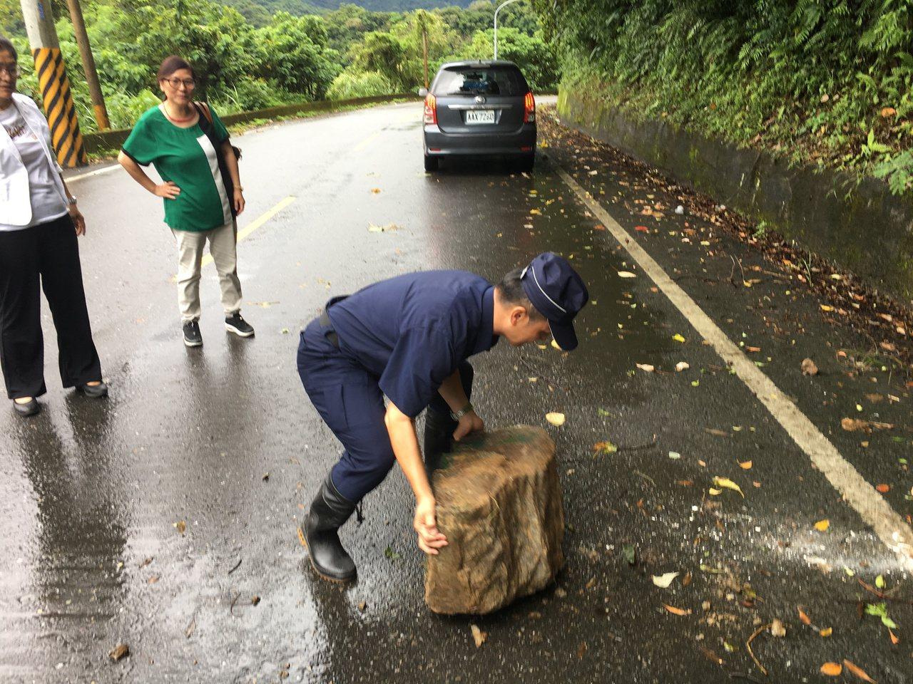 颱風「白鹿」帶來強風豪雨,蘇花公路南澳鄉武塔村橫山路段,有大石掉落在路上,蘇澳警...