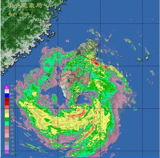 白鹿颱風帶來強風大雨,從今天凌晨至今天下午2時30分,花蓮縣六十石山累計降雨量達...