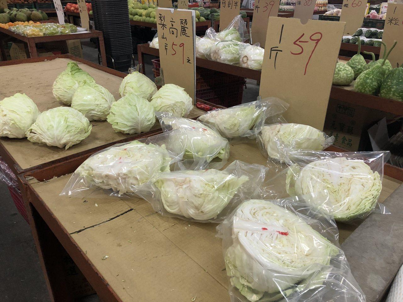 連日豪雨影響蔬菜產量,導致菜價高漲。記者林敬家/攝影