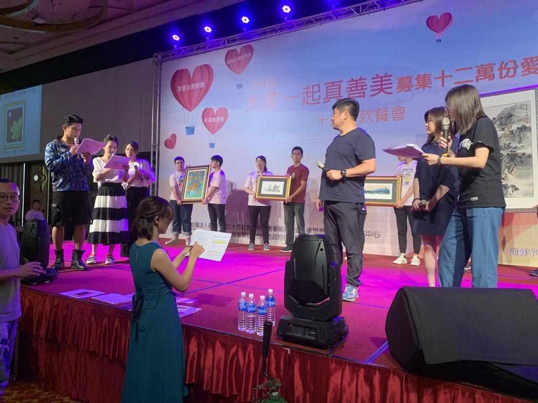 台中十方啟能中心辦募款餐會,藝人謝忻(左二)活動開始前認真彩排。記者喻文玟/攝影