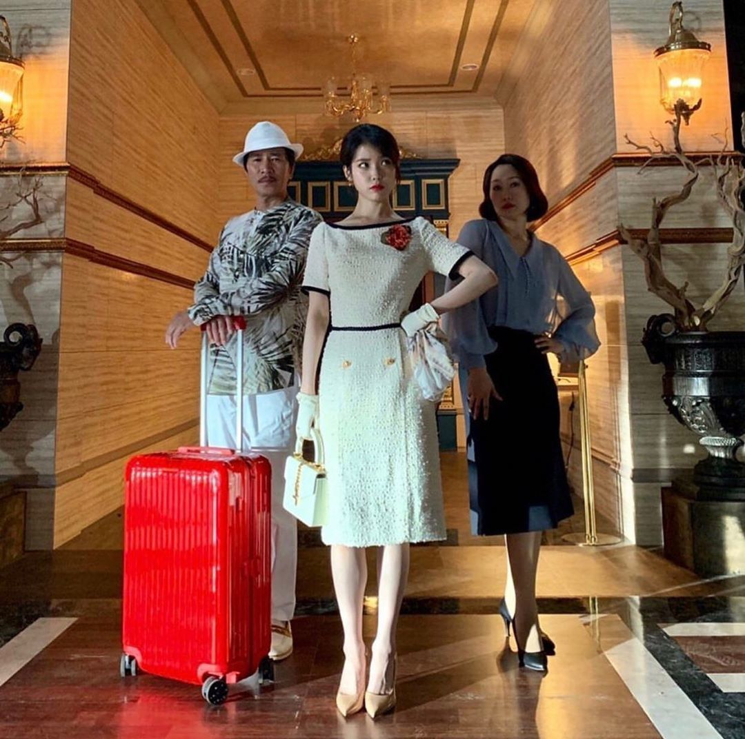 IU在戲外和《德魯納酒店》演員合照,展現一致的俏皮。圖/取自IG