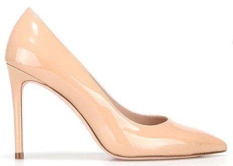 IU款Stuart Weitzman祼色漆皮Leigh高跟鞋。圖/Stuart ...