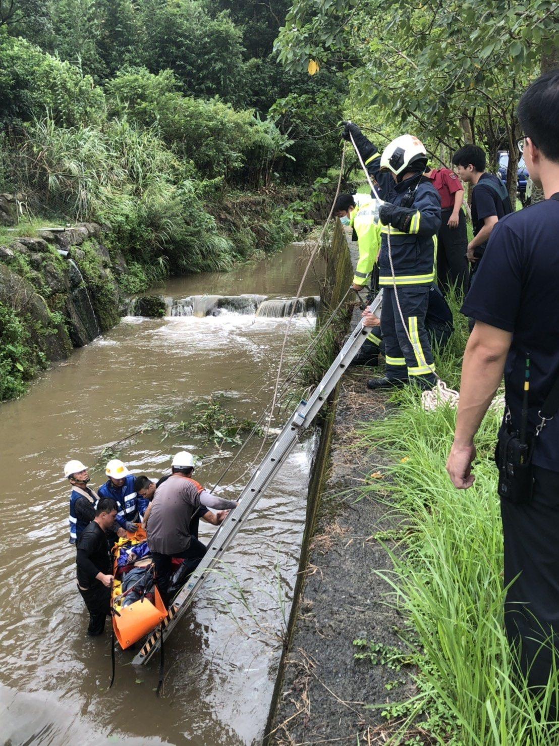 1名年約70歲男性工人除草整地,滑落3公尺深排水溝,被消防隊救起時已無生命跡象。...