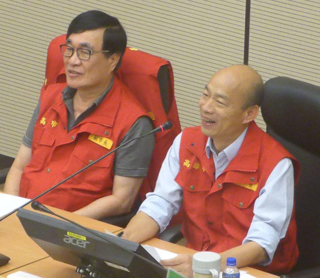 高雄市長韓國瑜(右)今天主持災防會議時,與行政院長蘇貞昌視訊。記者楊濡嘉/攝影