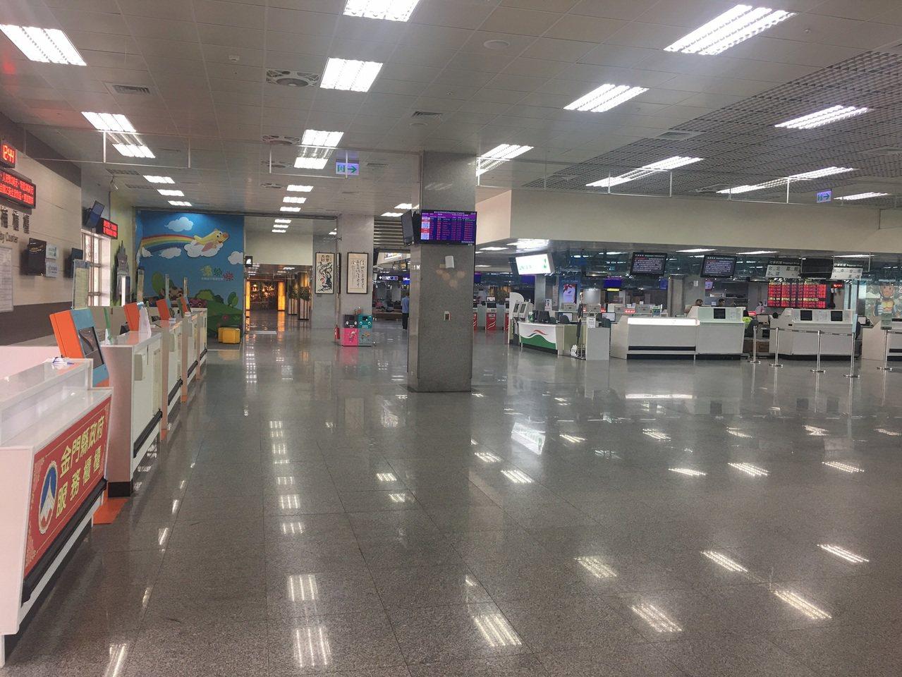 金門尚義機場今天難得冷清,因為飛機從中午12點過後就全部取消,整個機場空無一人。...