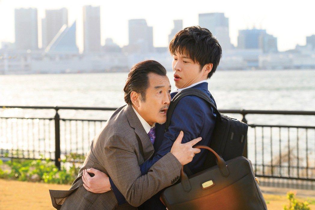吉田鋼太郎(左)、田中圭(右)在「大叔之愛電影版」中將會有許多爆笑對戲。圖/采昌